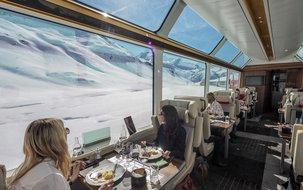 Alle Gäste können von einem komfortablen Fensterplatz die alpine Landschaft geniessen. ©Glacier Express (3'813 x 2'795 px / 4,89 MB) <a href='fileadmin/user_upload/GEX/Bilder/Pressebilder/ExcellenceClass_Essen_Oberalp_C_GlacierExpress-1022.jpg' download class='dlink'>Download Link</a>