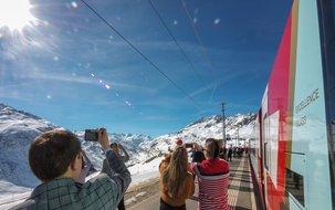 In Nätschen ob Andermatt gibts eigens einen Fotohalt, um das eindrückliche Panorama gebührend festzuhalten. ©Glacier Express (4'155 x 3'036 px / 4,94 MB) <a href='fileadmin/user_upload/GEX/Bilder/Pressebilder/ExcellenceClass_Fotohalt_C_GlacierExpress-1025.jpg' download class='dlink'>Download Link</a>