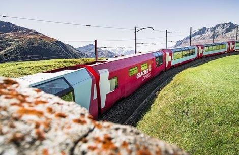 Glacier Express am Naetschen Richtung Oberalppass Naetschen/Uri/Schweiz