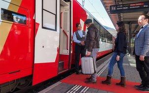 Die Excellence-Fahrgäste werden von der/dem Concièrge auf dem Perron persönlich empfangen. ©Glacier Express  (4'299 x 2'869 px / 3,48 MB) <a href='fileadmin/user_upload/GEX/Bilder/Pressebilder/ExcellenceClass_Einstieg__C_GlacierExpress.jpg' download class='dlink'>Download Link</a>
