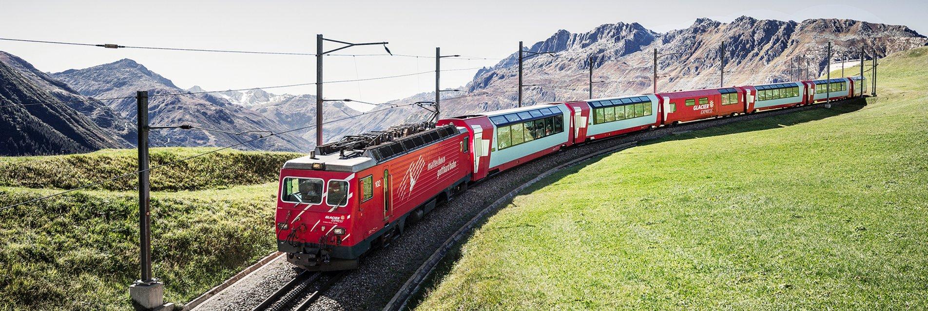 Glacier Express in der Nähe vom Oberalppass Graubünden Schweiz